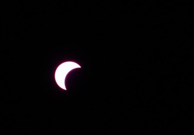 Những bức ảnh nhật thực một phần tuyệt đẹp tại TP.HCM - ảnh 2