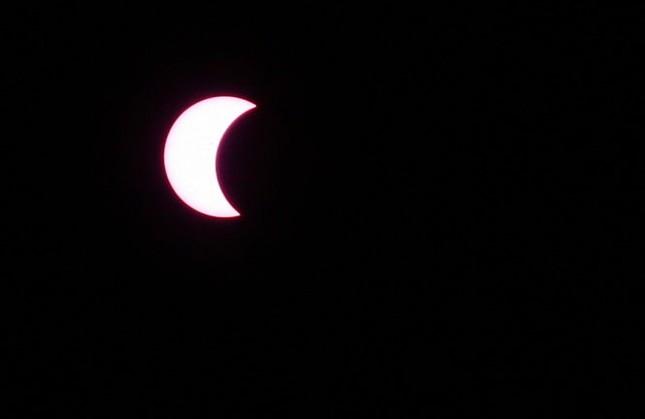 Những bức ảnh nhật thực một phần tuyệt đẹp tại TP.HCM - ảnh 6