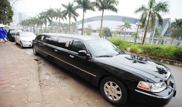 Chồng Á hậu Ngô Trà My đưa dàn siêu xe và Limousine đến hỏi vợ - ảnh 8