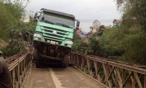 Xe tải 30 tấn treo lơ lửng sau khi làm sập cầu ở Yên Bái - ảnh 1