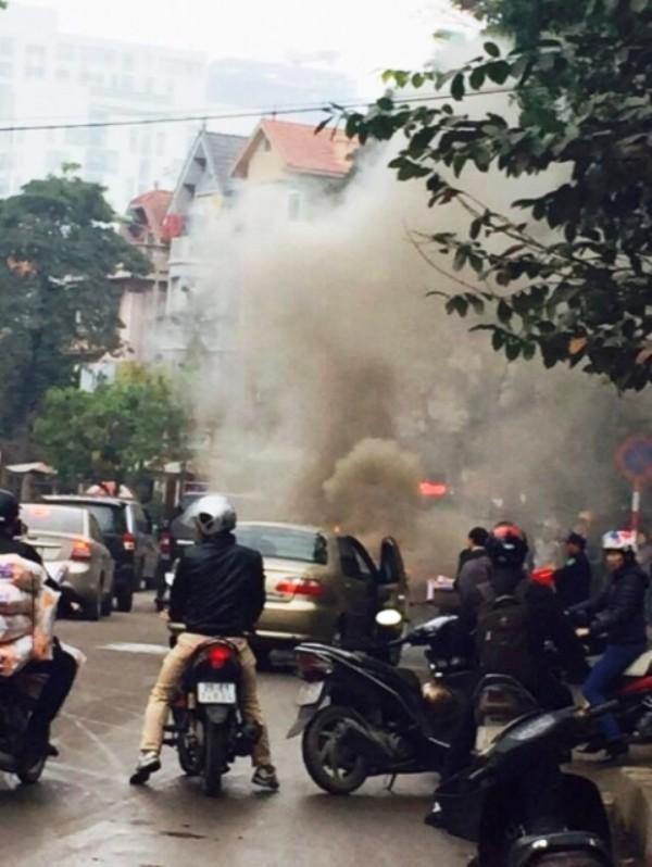 Hà Nội: Ô tô con bất ngờ bốc cháy khiến người đi đường hoảng sợ - ảnh 1