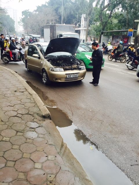 Hà Nội: Ô tô con bất ngờ bốc cháy khiến người đi đường hoảng sợ - ảnh 2