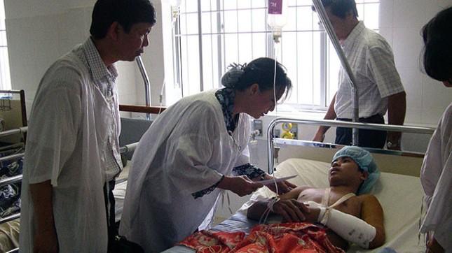 Chùm ảnh nữ Chủ tịch Quốc hội thăm nạn nhân sập cầu Cần Thơ - ảnh 3