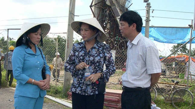 Chùm ảnh nữ Chủ tịch Quốc hội thăm nạn nhân sập cầu Cần Thơ - ảnh 5