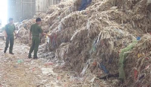 Phát hiện hơn 400 tấn rác thải chưa xử lý giấu trong nhà máy - ảnh 1
