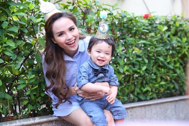 Hoa hậu Diễm Hương bản lĩnh kiếm bạc tỷ khi làm mẹ - ảnh 1