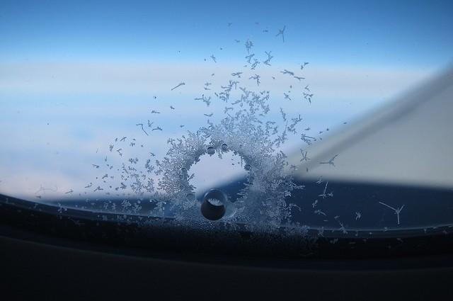 Vì sao trên cửa sổ máy bay luôn có một lỗ nhỏ? - ảnh 1