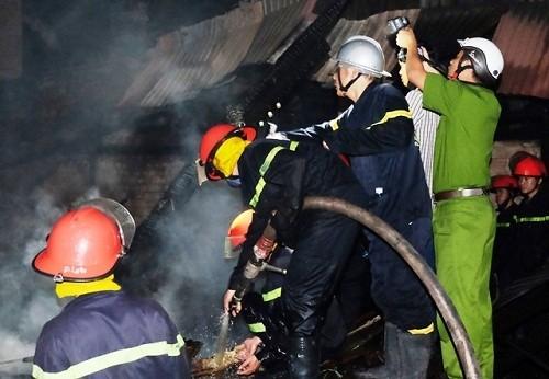 Hỏa hoạn 3 giờ liên tiếp ở kho đồ gỗ lớn tại Đà Nẵng  - ảnh 1