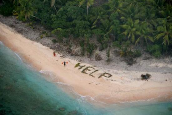 Ba người được giải cứu khỏi đảo hoang nhờ xếp chữ bằng lá cọ - ảnh 1
