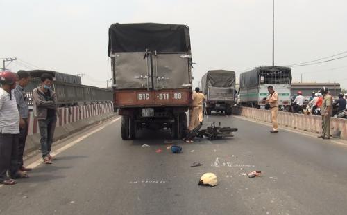 Xe máy bị xe tải tông do chạy vào đường ô tô, 2 người thương vong - ảnh 1