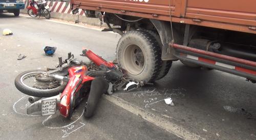 Xe máy bị xe tải tông do chạy vào đường ô tô, 2 người thương vong - ảnh 2