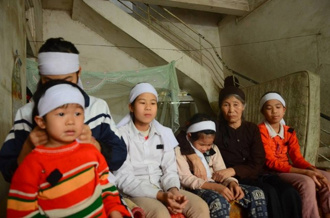Rơi nước mắt cảnh 6 đứa trẻ bỗng chốc mồ côi cả cha lẫn mẹ - ảnh 2