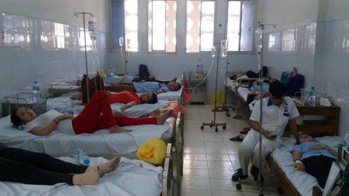 2 người chết, hàng chục người cấp cứu vì ngộ độc thực phẩm - ảnh 1