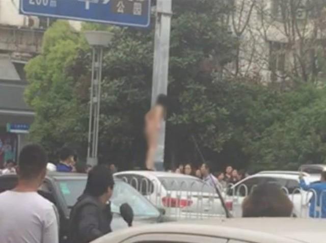 Phản cảm cô gái khỏa thân lên nóc xe nhảy múa giữa phố - ảnh 1