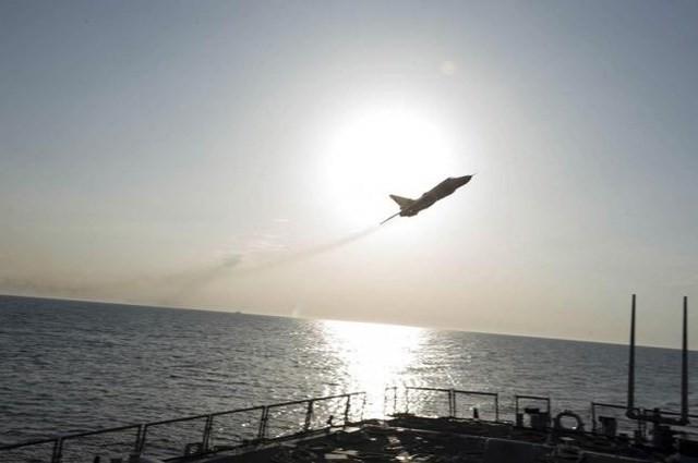 Cận cảnh Su-24 Nga bổ nhào giả định tấn công tàu khu trục Mỹ - ảnh 1