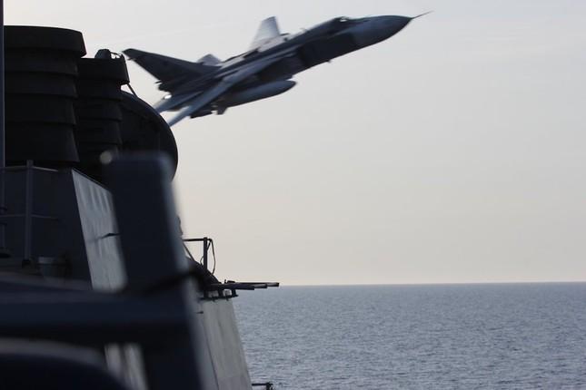 Vì sao Mỹ không bắn hạ khi Su-24 Nga áp sát tàu khu trục? - ảnh 1