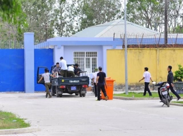 Hàng trăm học viên cai nghiện trốn trại phá hoại tài sản của dân - ảnh 1