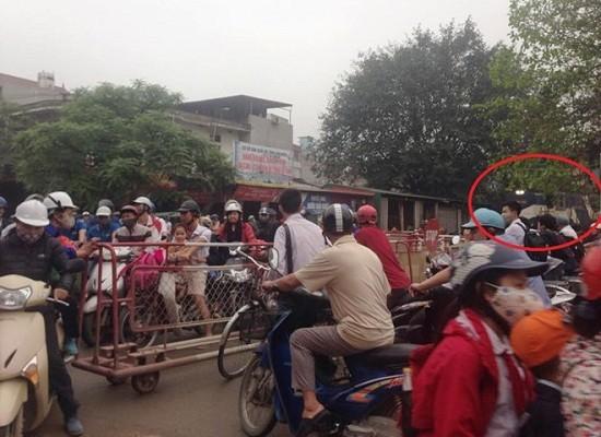 Hy hữu tàu hỏa phanh gấp, nhường đường cho xe máy tại Hà Nội - ảnh 2