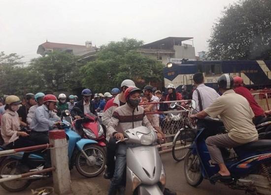 Hy hữu tàu hỏa phanh gấp, nhường đường cho xe máy tại Hà Nội - ảnh 1