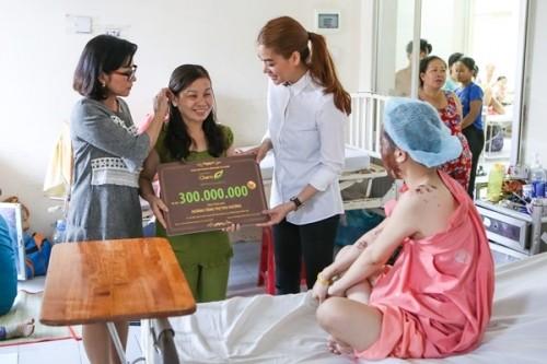 Nữ sinh bị tạt axit được Trương Ngọc Ánh tặng 300 triệu - ảnh 8