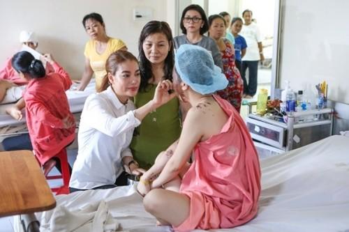 Nữ sinh bị tạt axit được Trương Ngọc Ánh tặng 300 triệu - ảnh 7