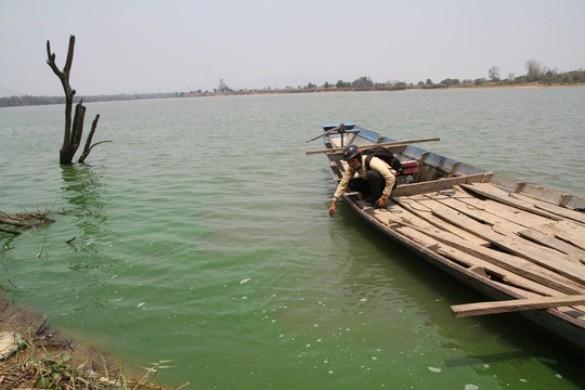 Giật mình nước sông Ba chuyển màu xanh đậm, bốc mùi hôi thối - ảnh 1