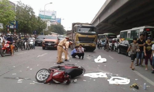 Kinh hoàng xe tải cán chết người trước cổng bến xe Mỹ Đình - ảnh 1