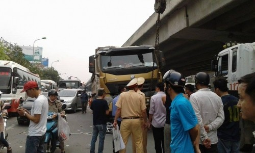 Kinh hoàng xe tải cán chết người trước cổng bến xe Mỹ Đình - ảnh 2