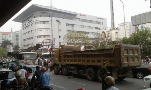 Kinh hoàng xe tải cán chết người trước cổng bến xe Mỹ Đình - ảnh 5