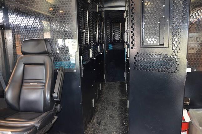 Cận cảnh xe bus của nhà tù Theo Lacy áp tải Minh Béo - ảnh 6