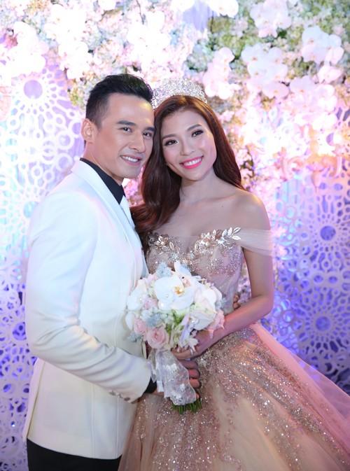 Cận cảnh 2 chiếc váy cưới gần nửa tỷ của 'công chúa' Thúy Diễm - ảnh 9