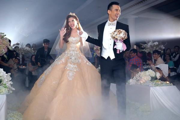 Cận cảnh 2 chiếc váy cưới gần nửa tỷ của 'công chúa' Thúy Diễm - ảnh 7