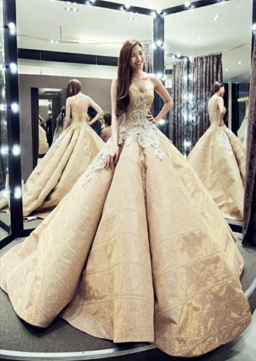 Cận cảnh 2 chiếc váy cưới gần nửa tỷ của 'công chúa' Thúy Diễm - ảnh 5