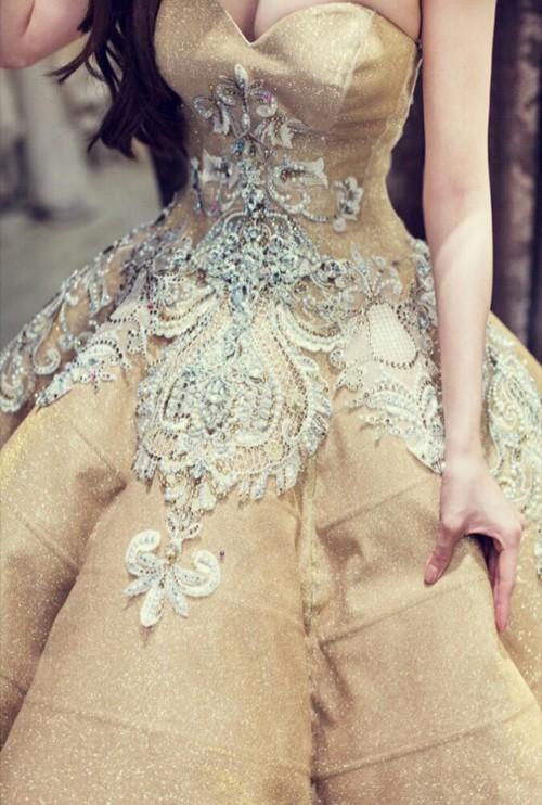 Cận cảnh 2 chiếc váy cưới gần nửa tỷ của 'công chúa' Thúy Diễm - ảnh 4