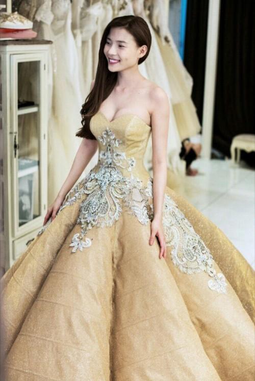 Cận cảnh 2 chiếc váy cưới gần nửa tỷ của 'công chúa' Thúy Diễm - ảnh 3