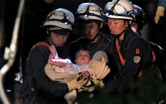 Bé 8 tháng tuổi sống sót kỳ diệu trong vụ động đất ở Nhật Bản - ảnh 1