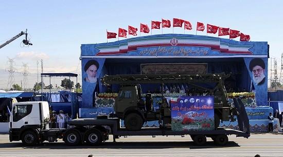 Iran ra mắt tên lửa S-300 mới mua của Nga trong lễ duyệt binh - ảnh 1