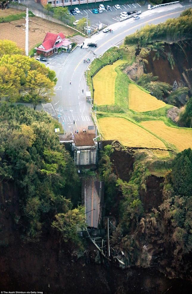 Bọt trắng kỳ lạ xuất hiện sau động đất Nhật Bản - ảnh 1