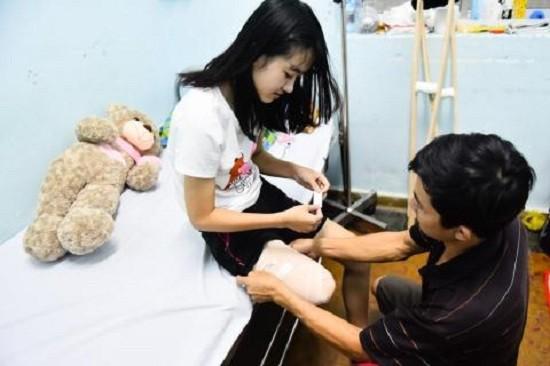 Bác sĩ bí ẩn đề nghị trả toàn bộ viện phí cho nữ sinh bị cưa chân - ảnh 1