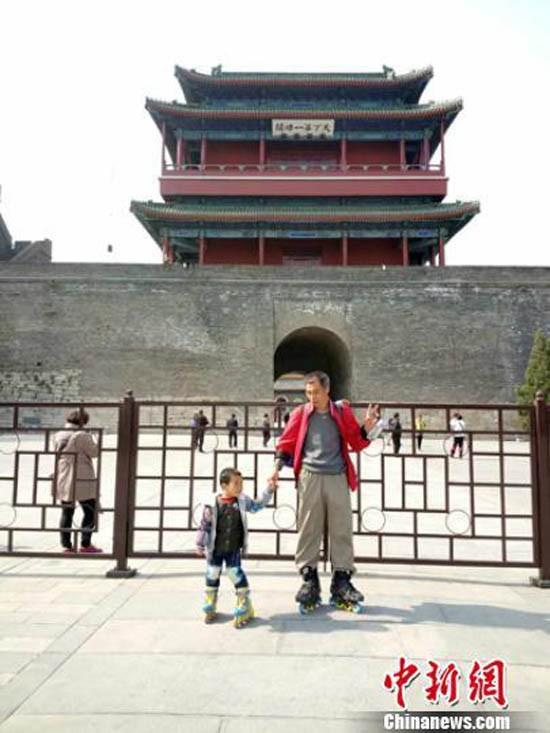 Bố cùng con trai 4 tuổi trượt patin hơn 540 km đến Bắc Kinh - ảnh 2