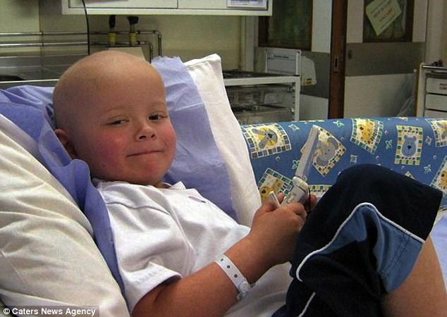 Cậu bé chỉ ăn bánh mì tỏi suốt 8 năm sau khi chữa khỏi ung thư - ảnh 1