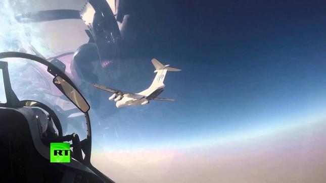 Video: Su-30 Nga hộ tống IL-76 thả hàng cứu trợ ở Deir Ezzor - ảnh 1