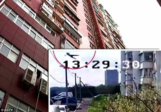 Video: Thiếu niên sống sót thần kỳ sau khi nhảy từ tầng 14 - ảnh 1