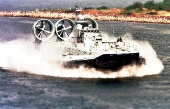 Cận cảnh siêu tàu đổ bộ Zubr khai hỏa diệt mục tiêu trên biển - ảnh 1