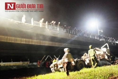 Xe đầu kéo lao xuống sông Hương, tài xế chết kẹt trong cabin - ảnh 1