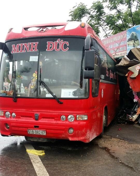Quảng Bình: Xe khách đâm vào nhà dân, hơn 30 người thoát chết - ảnh 1