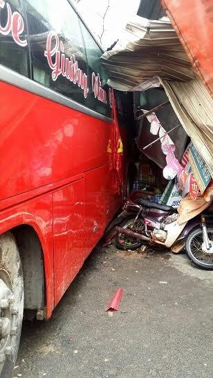 Quảng Bình: Xe khách đâm vào nhà dân, hơn 30 người thoát chết - ảnh 2