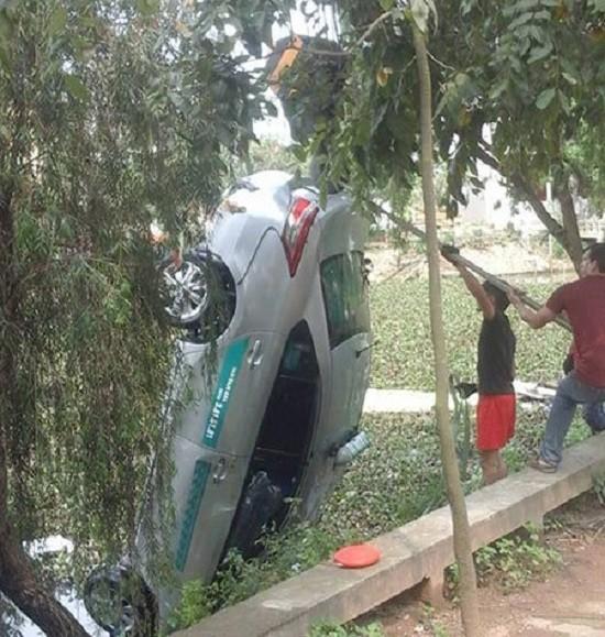 Xác định nguyên nhân khiến taxi lao xuống hồ, 4 người chết - ảnh 1