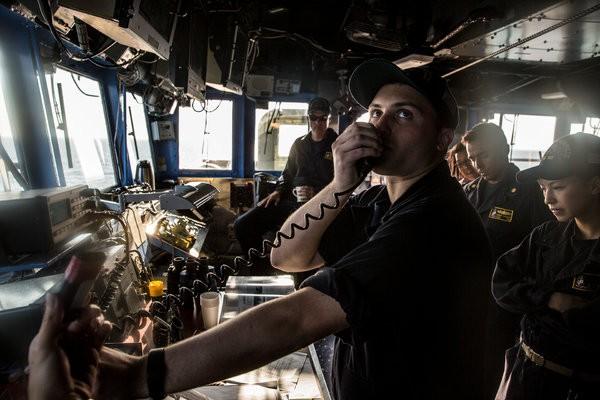 Cuộc chạm trán hài hước giữa tàu chiến Mỹ và TQ ở Biển Đông - ảnh 2
