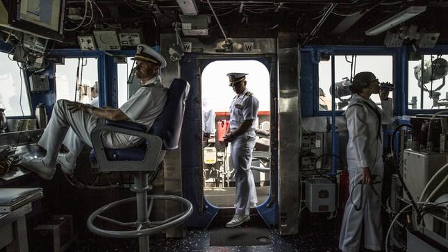 Cuộc chạm trán hài hước giữa tàu chiến Mỹ và TQ ở Biển Đông - ảnh 1